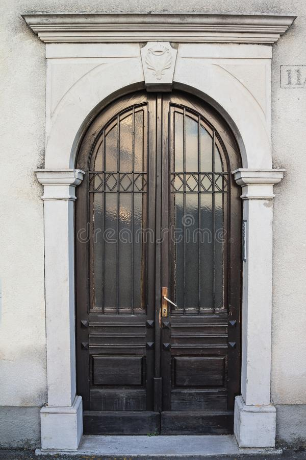 Είσοδος με τη μπροστινή πόρτα στοκ φωτογραφία με δικαίωμα ελεύθερης χρήσης