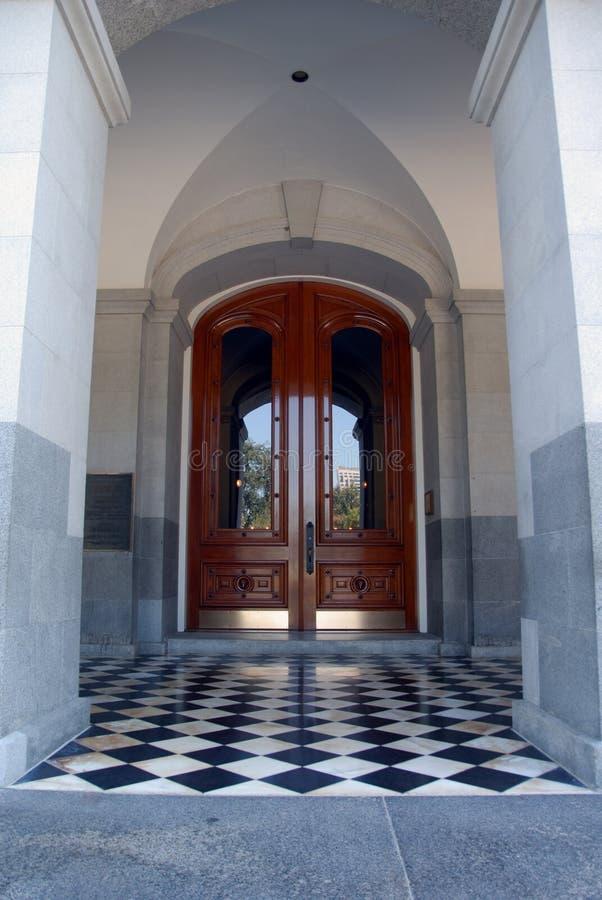 είσοδος πορτών που κερ&alpha στοκ φωτογραφία με δικαίωμα ελεύθερης χρήσης