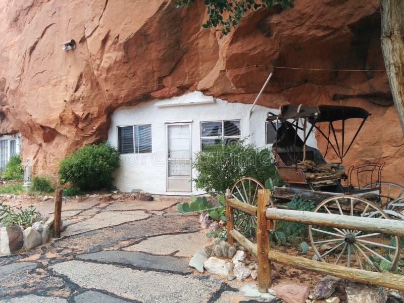 Είσοδος στην τρύπα Ν ` το σπίτι βουνών βράχου με την παλαιά μεταφορά στοκ φωτογραφίες με δικαίωμα ελεύθερης χρήσης