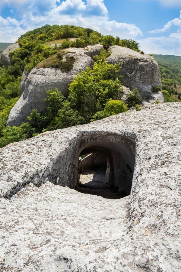 Είσοδος στη σπηλιά πάνω από ένα βουνό Η αιχμηρή κάθοδος κάτω από τη σήραγγα στοκ εικόνες