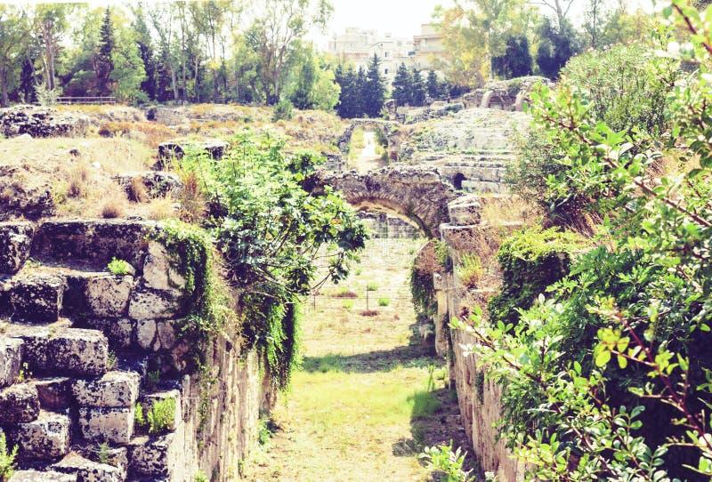 Είσοδος στις καταστροφές του ρωμαϊκού αμφιθεάτρου των Συρακουσών Siracusa – καταστροφές στο πάρκο Archeological, Σικελία, Ιταλία στοκ φωτογραφία