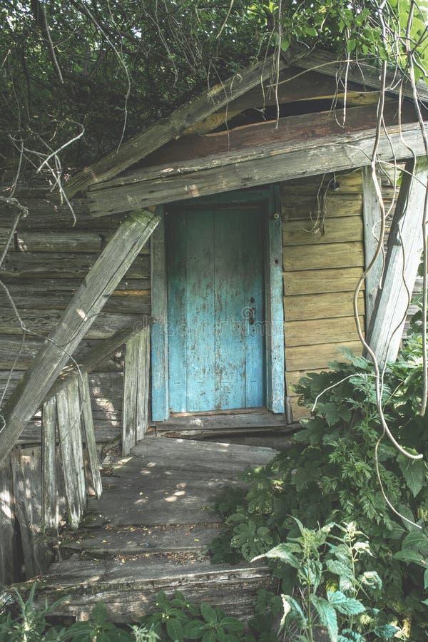 Είσοδος στο εγκαταλειμμένο τρομακτικό παλαιό ξύλινο σπίτι στοκ εικόνα με δικαίωμα ελεύθερης χρήσης