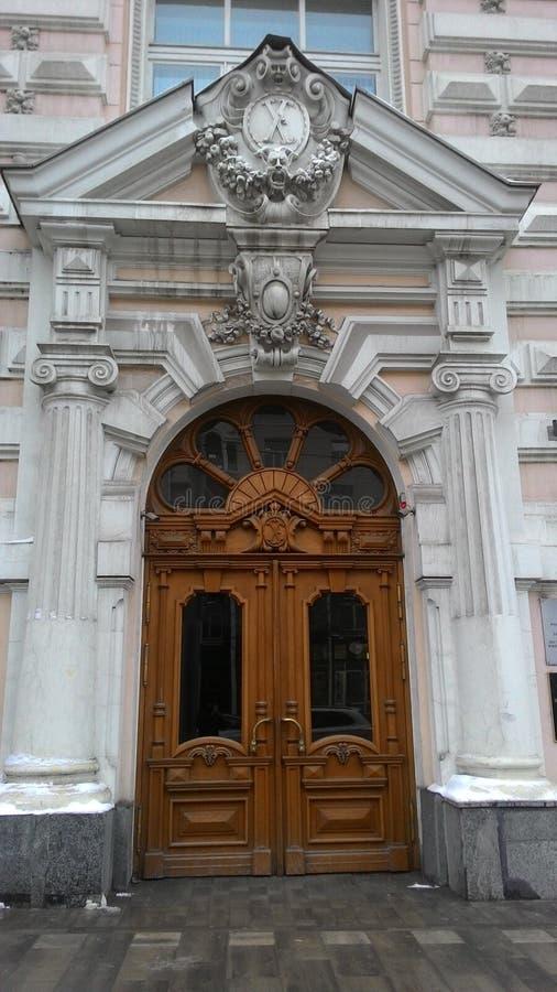 Είσοδος στο ιστορικό κτήριο στοκ εικόνες με δικαίωμα ελεύθερης χρήσης