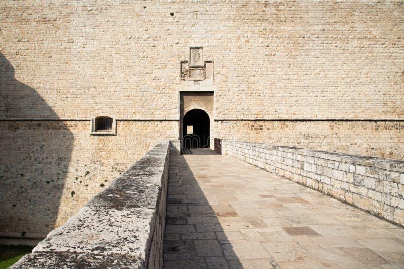 Είσοδος στο κάστρο Castello Svevo στην Barletta Puglia, Ιταλία στοκ φωτογραφία