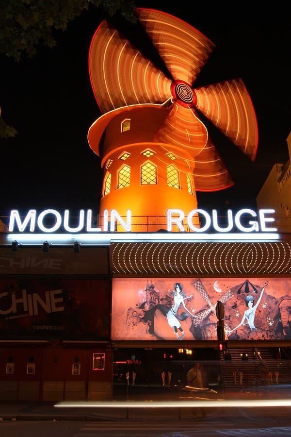 Είσοδος στο ρουζ Moulin του Παρισιού τη νύχτα στοκ εικόνες