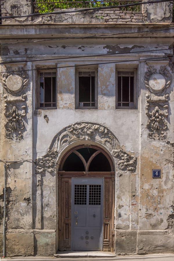 Είσοδος στο συμπαγή τοίχο με τις όμορφες διακοσμήσεις στοκ εικόνα με δικαίωμα ελεύθερης χρήσης