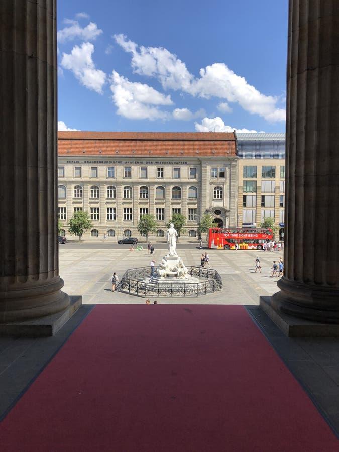 Είσοδος του από το Βερολίνο Schauspielhaus με το κόκκινο χαλί, που αγνοεί το Schillerbrunnen σε Gendarmenmarkt στοκ εικόνες με δικαίωμα ελεύθερης χρήσης