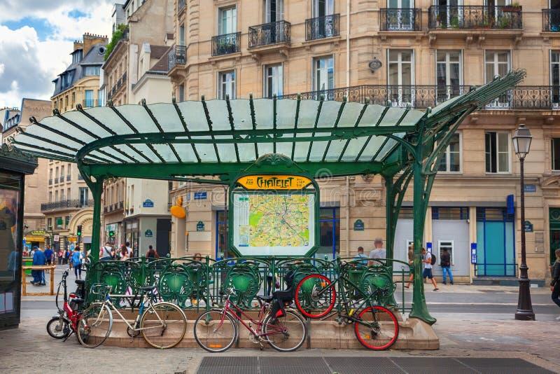 Είσοδος του μετρό στο Παρίσι στοκ φωτογραφίες με δικαίωμα ελεύθερης χρήσης