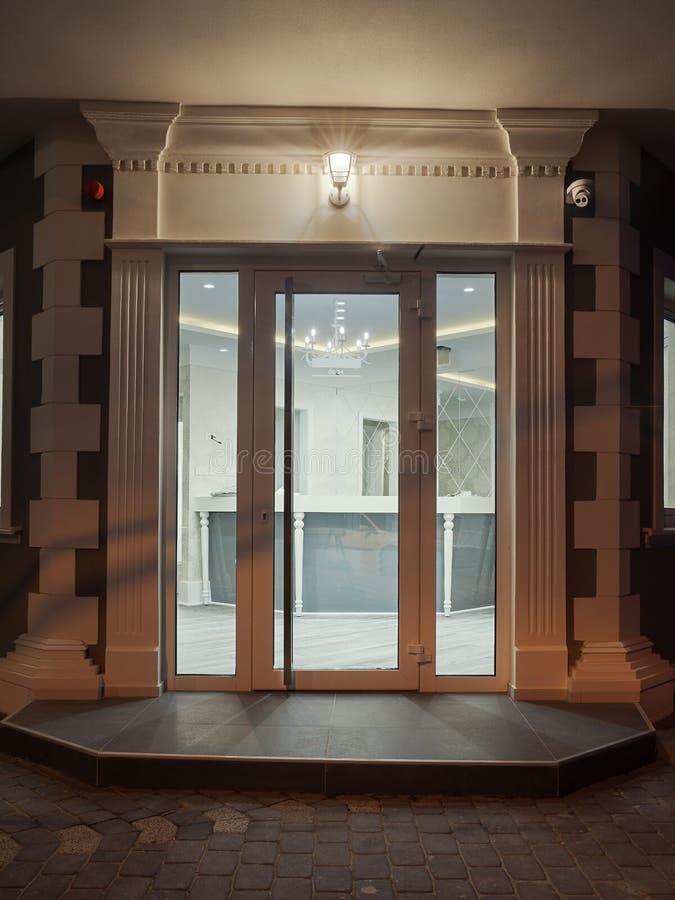 Είσοδος ενός σύγχρονου ξενοδοχείου στοκ εικόνες με δικαίωμα ελεύθερης χρήσης