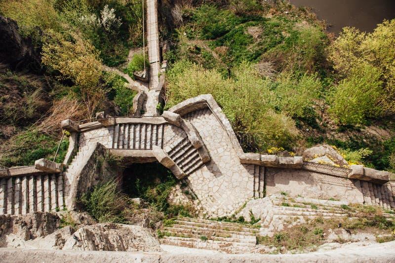 Είσοδος με τη σκάλα πετρών στο μεσαιωνικό χωριουδάκι στοκ εικόνα με δικαίωμα ελεύθερης χρήσης