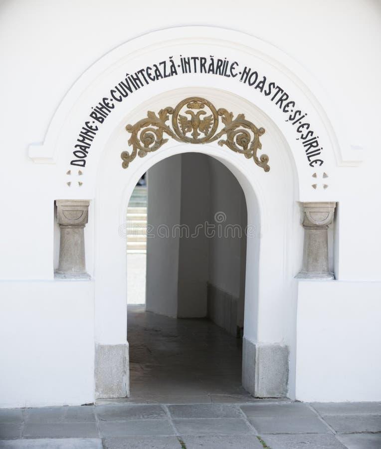 Είσοδος στο παλαιό ναυπηγείο εκκλησιών σε Sinaia, Prahova, Ρουμανία στοκ φωτογραφία με δικαίωμα ελεύθερης χρήσης