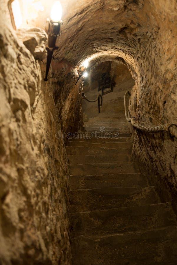 Είσοδος στο υπόγειο κελάρι στην Ισπανία στοκ εικόνες