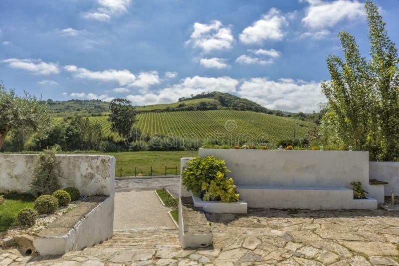 Είσοδος του αγροτικού σπιτιού με τα σκαλοπάτια, τον τοίχο και τον ορεινό τομέα μέσα στοκ φωτογραφία με δικαίωμα ελεύθερης χρήσης