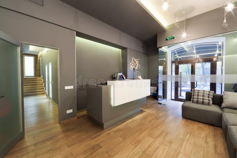 Είσοδος λόμπι με το γραφείο υποδοχής σε μια οδοντική κλινική στοκ εικόνες με δικαίωμα ελεύθερης χρήσης