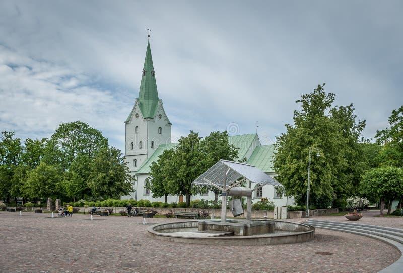 Εβαγγελική λουθηρανική εκκλησία Dobele και ο μεγαλύτερος καλά στο τετράγωνο πόλεων στοκ εικόνα