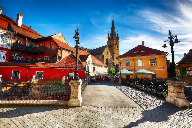 Εβαγγελικός καθεδρικός ναός και η γέφυρα ψευτών στο κέντρο του Sibiu στοκ φωτογραφία