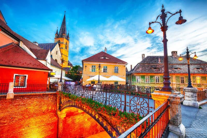 Εβαγγελικός καθεδρικός ναός και η γέφυρα ψευτών στο κέντρο του Sibiu στοκ φωτογραφίες