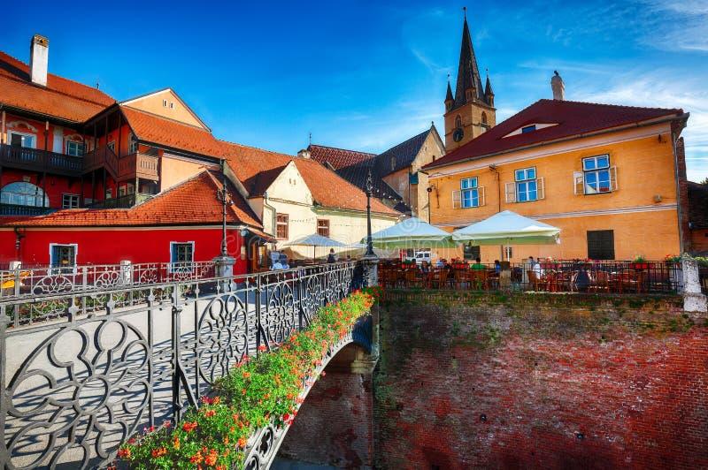 Εβαγγελικός καθεδρικός ναός και η γέφυρα ψευτών στο κέντρο του Sibiu στοκ εικόνες