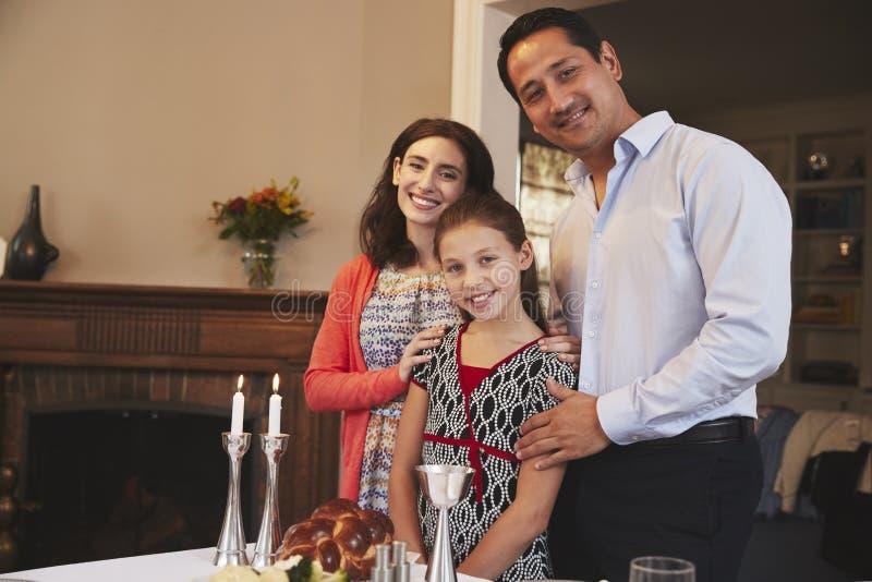 Εβραϊκή οικογενειακή στάση που κοιτάζει στη κάμερα πριν από το γεύμα Shabbat στοκ φωτογραφία με δικαίωμα ελεύθερης χρήσης