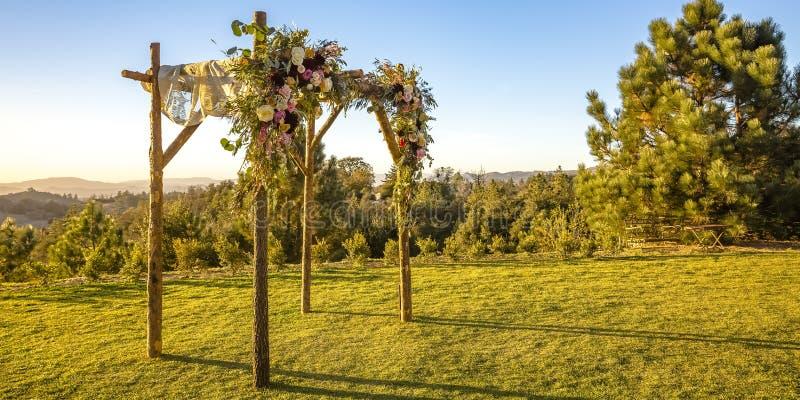 Εβραϊκός γάμος που αγνοεί το ηλιοβασίλεμα βουνών και ουρανού στοκ φωτογραφίες με δικαίωμα ελεύθερης χρήσης
