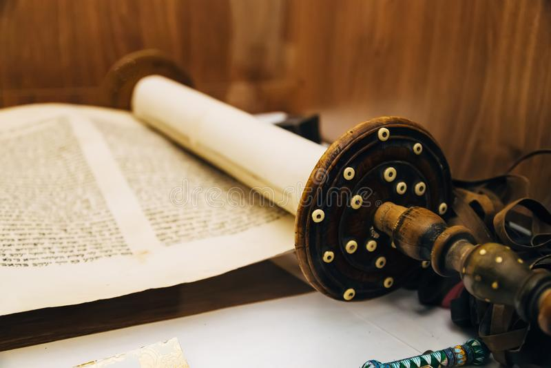 Εβραϊκός θρησκευτικός χειρόγραφος κύλινδρος περγαμηνής Torah στοκ φωτογραφία