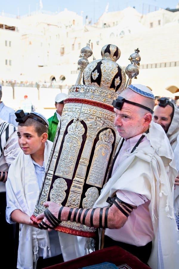Εβραϊκός με το Torah, αρχαίοι κύλινδροι στοκ εικόνες