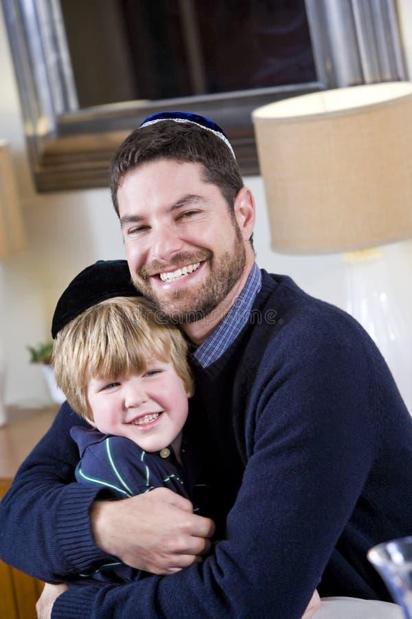 Εβραϊκός πατέρας και νέος γιος που φορούν yarmulkes στοκ φωτογραφία