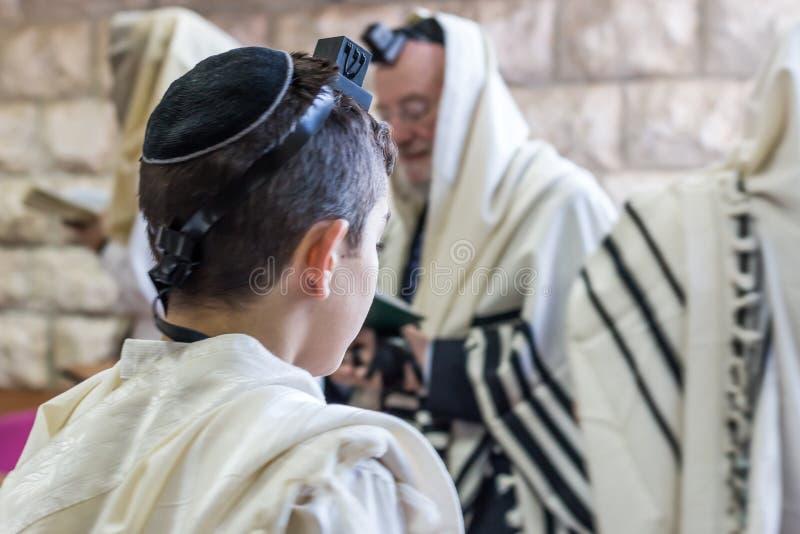 Εβραϊκός φραγμός mitzvah, προσευμένος σε μια συναγωγή με το tallit στοκ εικόνες