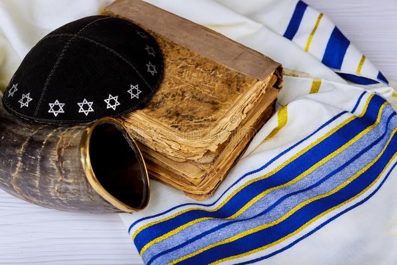 Εβραϊκό θρησκευτικό σύμβολο κέρατων Tallit Shofar σαλιών προσευχής στοκ φωτογραφίες