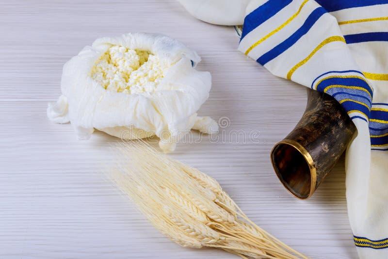 Εβραϊκό τυρί διακοπών, τομέας σίτου γαλακτοκομικών προϊόντων στο ξύλινο υπόβαθρο Έννοια Shavuot επάνω από την όψη στοκ φωτογραφίες