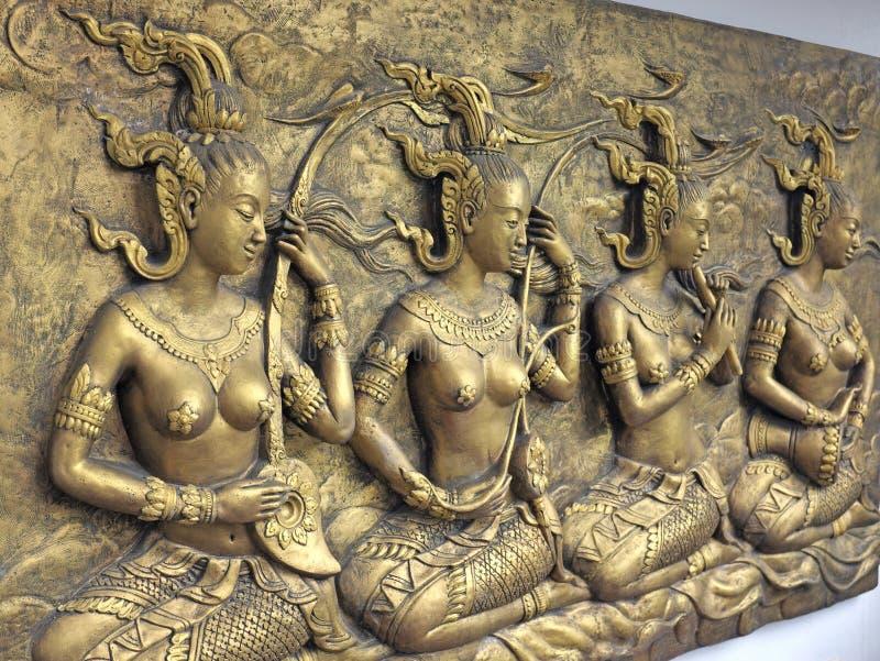 Εγγενές ταϊλανδικό γλυπτό πολιτισμού στον τοίχο ναών στοκ φωτογραφίες
