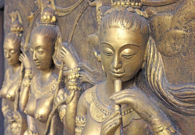 Εγγενές ταϊλανδικό γλυπτό πολιτισμού στον τοίχο ναών στοκ φωτογραφίες με δικαίωμα ελεύθερης χρήσης