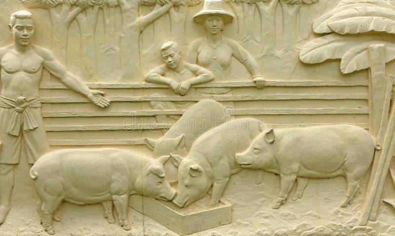 Εγγενής ταϊλανδική χάραξη πετρών πολιτισμού στον τοίχο ναών στοκ εικόνα