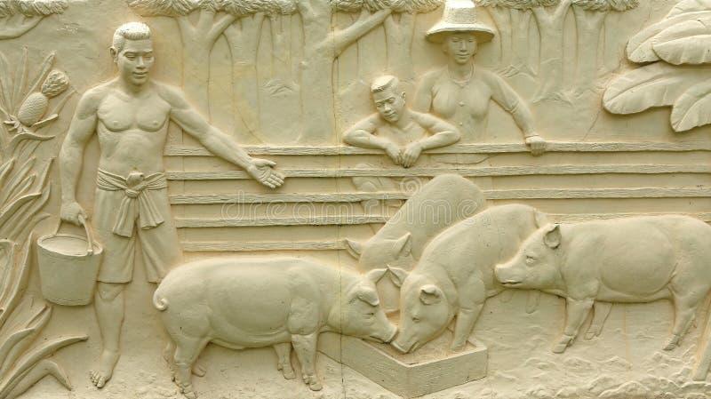Εγγενής ταϊλανδική χάραξη πετρών πολιτισμού στον τοίχο ναών στοκ φωτογραφία