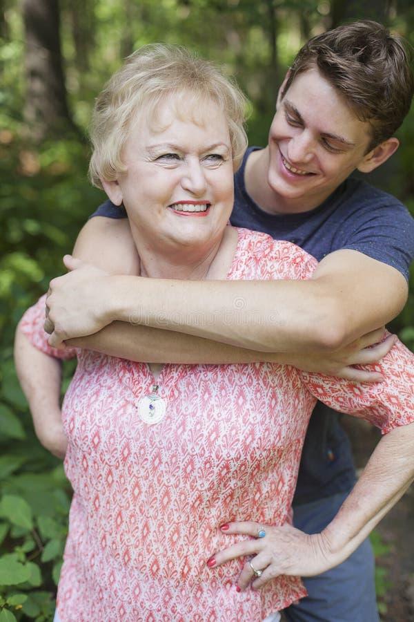 Εγγονός που αγκαλιάζει τη γιαγιά στοκ εικόνα με δικαίωμα ελεύθερης χρήσης