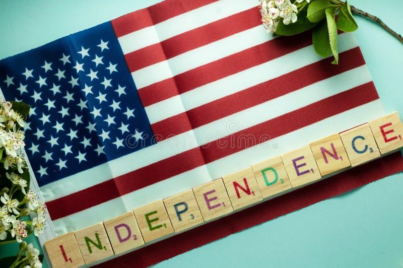 Εγγραφή ανεξαρτησίας με τους ξύλινους κύβους και σχεδιασμένος στη αμερικανική σημαία στοκ εικόνα