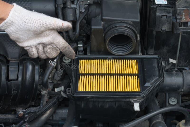 Εγγύηση τεχνικών για το μεταβαλλόμενο νέο φίλτρο αέρα για το αυτοκίνητο στοκ εικόνα