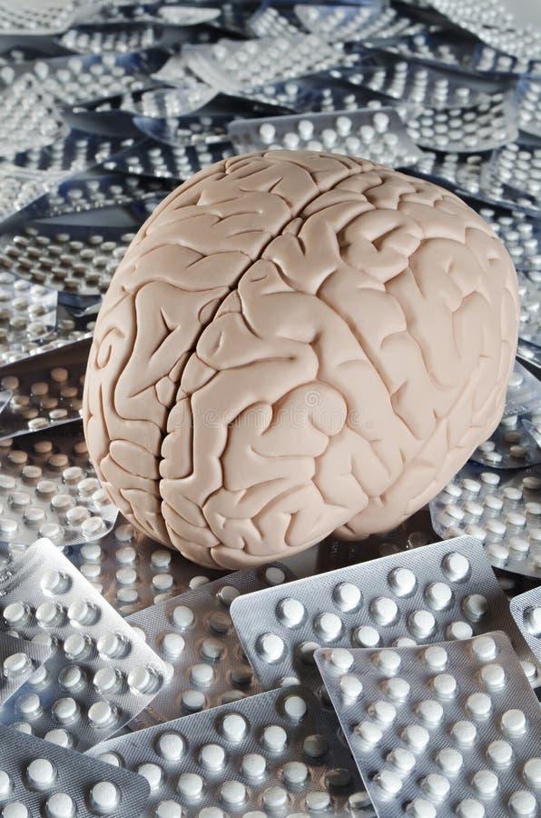 Εγκέφαλος με τα χάπια στοκ εικόνα