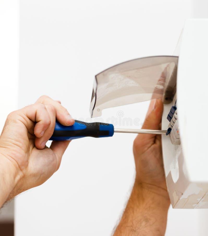 Εγκαθιστώντας την ηλεκτρική θρυαλλίδα στο σπίτι στοκ εικόνα με δικαίωμα ελεύθερης χρήσης