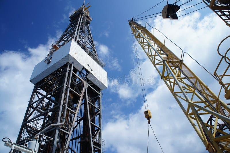 Εγκατάσταση γεώτρησης διατρήσεων (γρύλος επάνω στη πλατφόρμα άντλησης πετρελαίου) και εργασία γερανών στοκ εικόνες με δικαίωμα ελεύθερης χρήσης