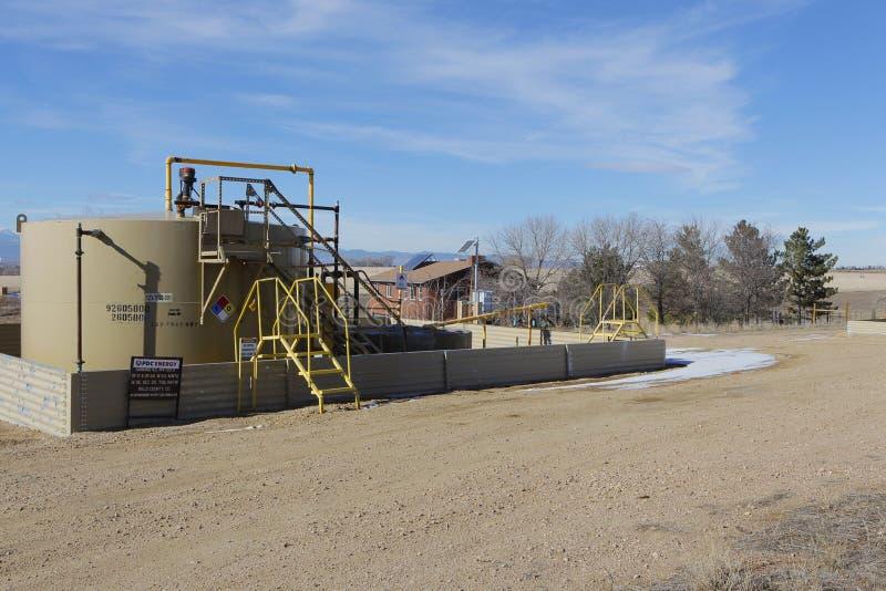 Εγκατάσταση γεώτρησης Fracking πετρελαίου κοντά σε ένα σπίτι στο Κολοράντο στοκ φωτογραφία με δικαίωμα ελεύθερης χρήσης