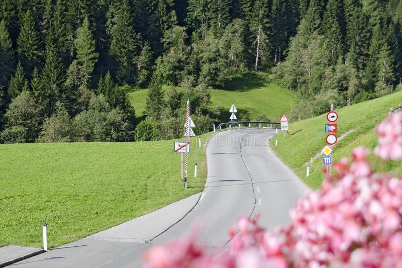 Εγκατάσταση για το κλείσιμο ενός δρόμου βουνών στοκ εικόνα