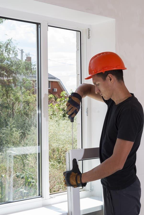 Εγκατάσταση και επισκευή των πλαστικών παραθύρων στοκ φωτογραφία με δικαίωμα ελεύθερης χρήσης