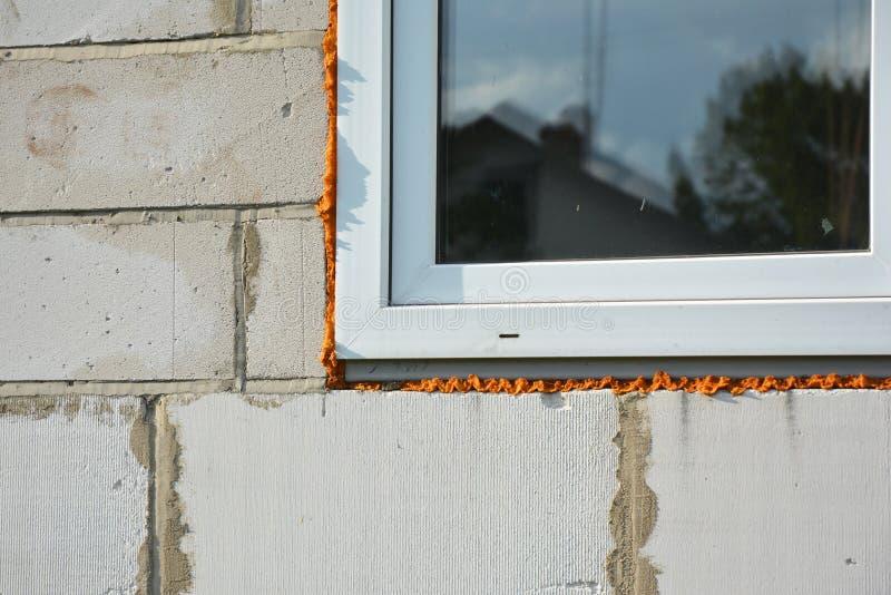 Εγκατάσταση και μόνωση παραθύρων στο Bu κατασκευής καινούργιων σπιτιών στοκ φωτογραφία