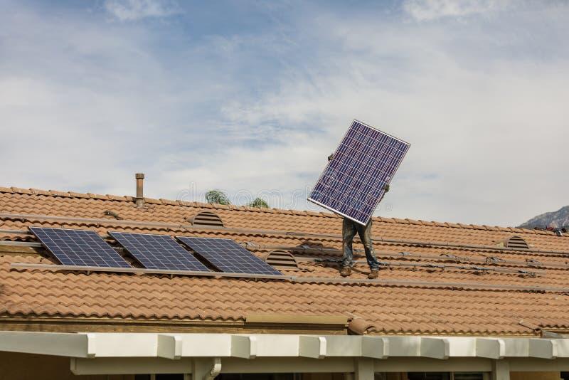 Εγκατάσταση νέου ηλιακού στην κατοικία στοκ φωτογραφίες με δικαίωμα ελεύθερης χρήσης