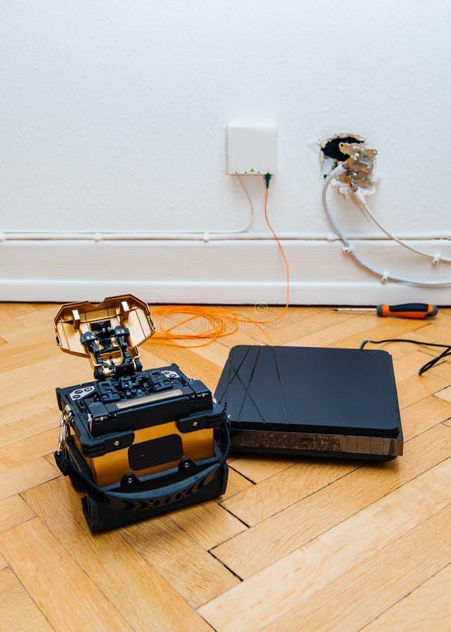 Εγκατάσταση οπτικών ινών στο σπίτι με τη συναρμογή fusin δεκτών και τόξων στοκ εικόνα