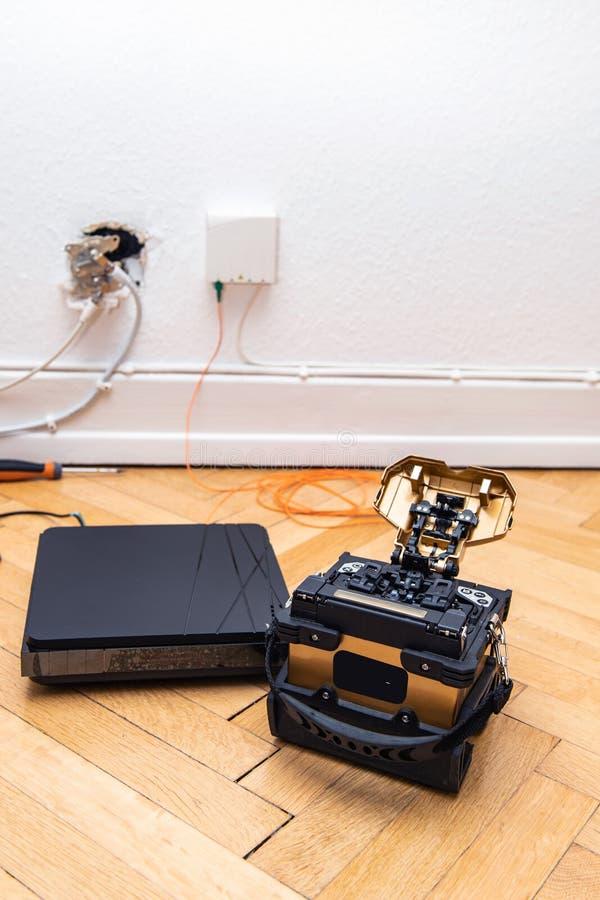 Εγκατάσταση οπτικών ινών στο σπίτι με τη συναρμογή fusin δεκτών και τόξων στοκ φωτογραφία