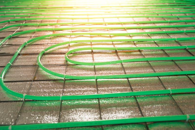 Εγκατάσταση σωλήνων Underfloor θέρμανσης πράσινη στοκ φωτογραφία