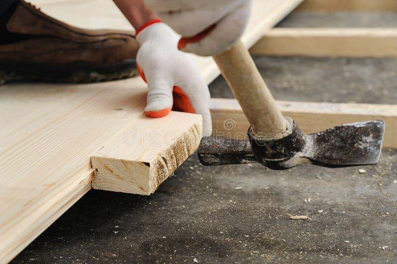 Εγκατάσταση του ξύλινου πατώματος στοκ φωτογραφία με δικαίωμα ελεύθερης χρήσης
