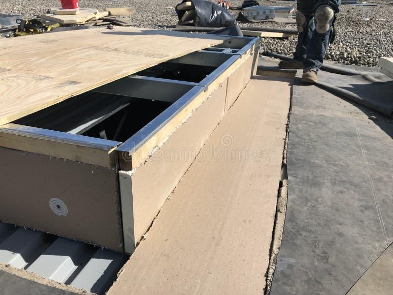 Εγκατάσταση του ISO στη βάση εναλλασσόμενου ρεύματος  επισκευές υλικού κατασκευής σκεπής στη σταθεροποιημένη εμπορική στέγη EPDM στοκ φωτογραφίες
